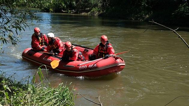 Hasiči na člunech hledají vodáka, kterı zmizel při pokusu o sjezd jezu v řece Opavě.
