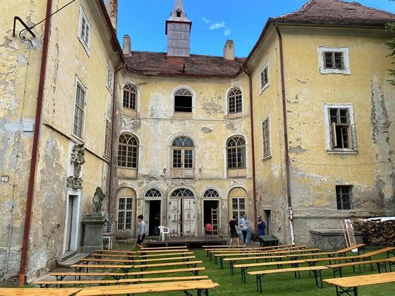 Osečanské divadelní léto láká diváky přímo na nádvoří zdejšího zámku.