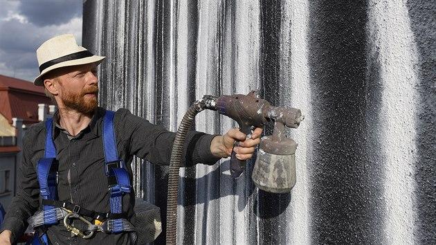 Patrik Hábl vytvářel s pomocníky na stěně panelového domu na Žižkově malbu s názvem Vodopád (11. července 2020).