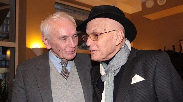 Herec Svatopluk Matyáš s hereckım kolegou Janem Přeučilem na snímku z roku 2017