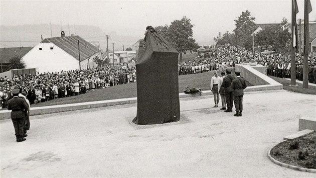 Normalizační pomník třem zastřelenım mužům z babického národního vıboru Tomáši Kuchtíkovi, Josefu Roupcovi a Bohumíru Netoličkovi odhalili v roce 1975.