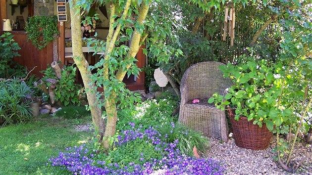 Paní Klára vytváří v zahradě doslova obytné pokojíčky.