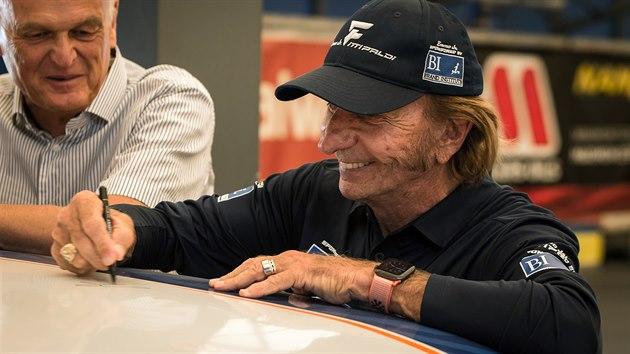Emerson Fittipaldi při natáčení filmu Stáří není pro sraby režiséra Tomáše Magnuska