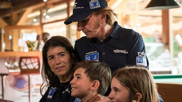 Emerson Fittipaldi s manželkou Rossanou, synem Emersonem a dcerou Vittorií při natáčení filmu Stáří není pro sraby režiséra Tomáše Magnuska