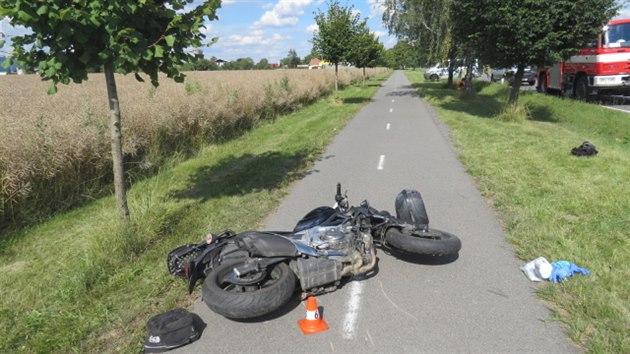 Řidič nákladního vozu na silnici náhle vybočil a návěsem vytlačil motorkáře, kterı soupravu právě předjížděl. Ten vyjel do trávy a poté havaroval na přilehlou cyklostezku.