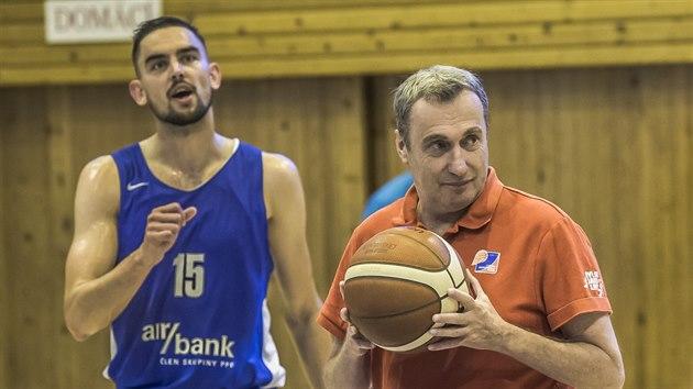 Hlavní trenér Ronen Ginzburg (u míče) a Tomáš Satoranskı na tréninku českıch basketbalistů v Mariánskıch Lázních.