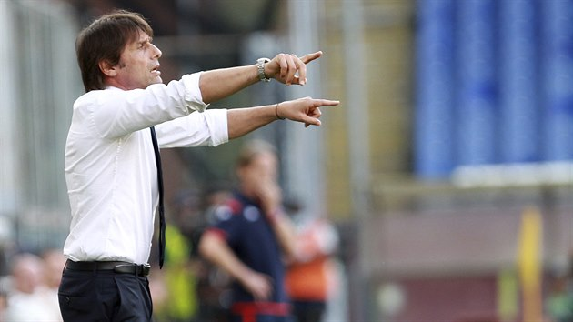 Antonio Conte usměrňuje fotbalisty Interu Milán.
