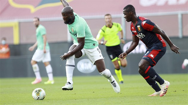 Útočník Interu Milán Romelu Lukaku (vlevo) se žene za míčem v duelu s Janovem.