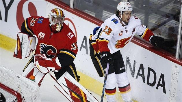 David Rittich, brankář Calgary, rozehrává v duelu s Edmontonem.