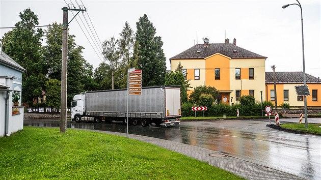 Kamiony projíždějící Komenského ulicí v Častolovicích působí hluk a otřesy (17. 7. 2020).