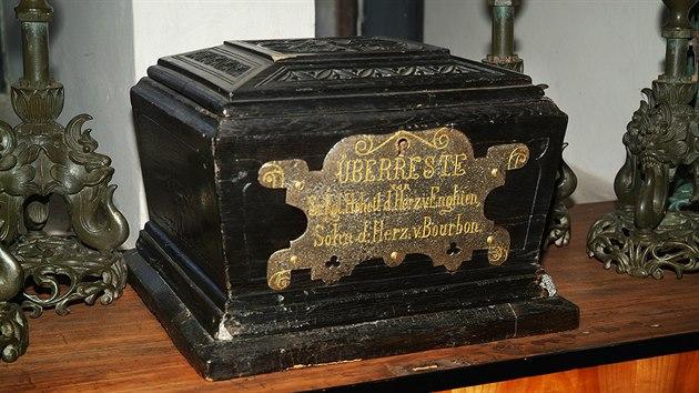 Vyřezávaná kazeta, v níž je látka z vévodovy košile prosáklá jeho krví.