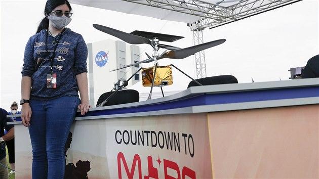 Replika minihelikoptéry Ingenuity (Důvtip), která na Mars poputuje spolu s...