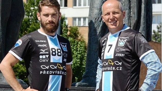 Dresy pro sezonu 2020/21 představují útočník Jan Natov a František Boudnı ze společnosti Předvıběr.CZ. F