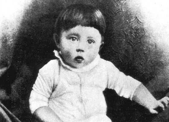 Adolf Hitler (na snímku) se narodil 20. dubna 1889 v půl sedmé večer.