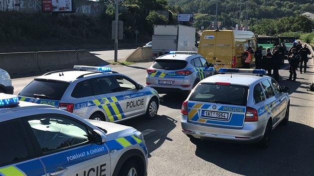 Policisté zajistili tři odcizená vozidla na Barrandovském mostě v Praze. (1. srpna 2020)