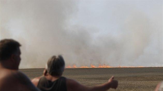 V Ďáblicích hoří pole. (1. srpna 2020)