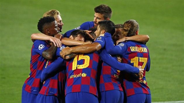Fotbalisté Barcelony se radují z branky v zápase Ligy mistrů proti Neapoli.