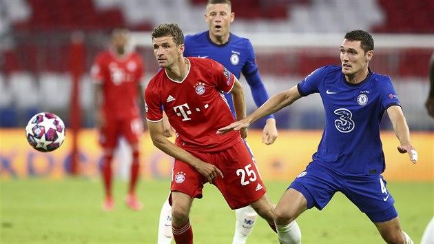 Thomas Müller (Bayern) a Andreas Christensen (Chelsea) sledují míč.