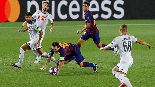 Lionel Messi (Barcelona) padá po souboji s Lorenzem Insignem z Neapole (s...
