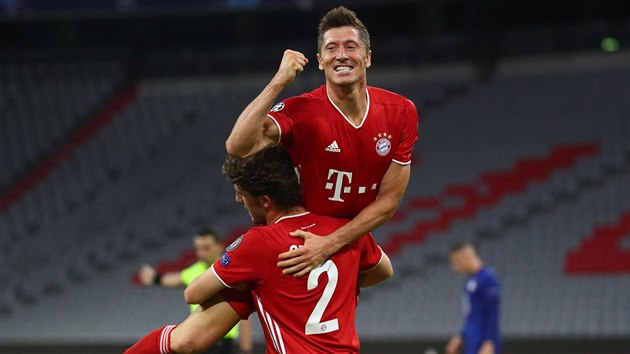 Robert Lewandowski (Bayern) slaví gól v náručí spoluhráče Álvara Odriozoly.