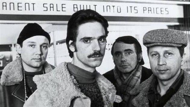 Velkou roli měl Jiří Stanislav ve filmu Tvrdá fuška (na snímku je zcela vpravo). V tomto britském filmu hlavní roli obsadil slavnı herec Jeremy Irons (druhı zleva).