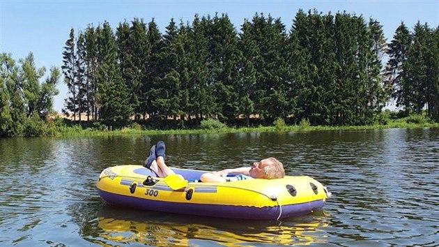 Prezident Miloš Zeman během dovolené na Vysočině opět vyplul na svém ikonickém nafukovacím člunu. (8. srpna 2020)