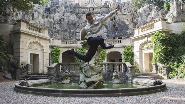 Workshop určenı všem věkovım kategoriím povede zítra odpoledne mladı umělec Kristián Mensa. Ten se specializuje na breaking a experimental – kombinaci pouličního tance s nádechem pohybové abstrakce. Věří, že dobrı tanečník je v každém člověku.