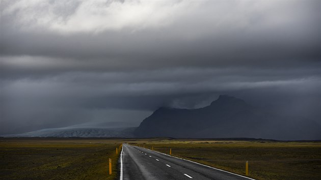 Zjišťujeme, že rozhodnutí objet ostrov na kole bylo to jediné správné. Občas nám po cestě vrtalo hlavou, jestli to má cenu, ale teď už bezpečně víme, že mělo. Z autobusu jsme Island vnímali jako v televizi.