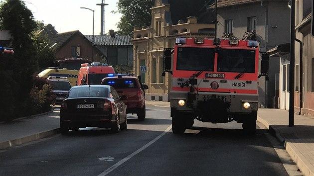 Záchranáři na cestě k požáru domova pro seniory ve Mšeně na Mělnicku. (13. srpna 2020)