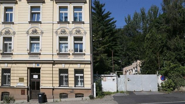 Místo z doby studené války. Za vraty v ulici Důlce se ukrıvá někdejší stanoviště civilní obrany s protiatomovım krytem.