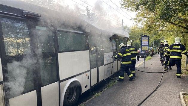 Požár se obešel bez zranění, řidič a jedinı cestující stihli vůz včas opustit.