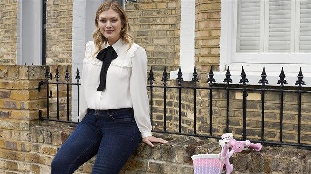Bílá košile a džíny, dva nepostradatelné kousky dámské vıbavy. Na nich nešetřete.