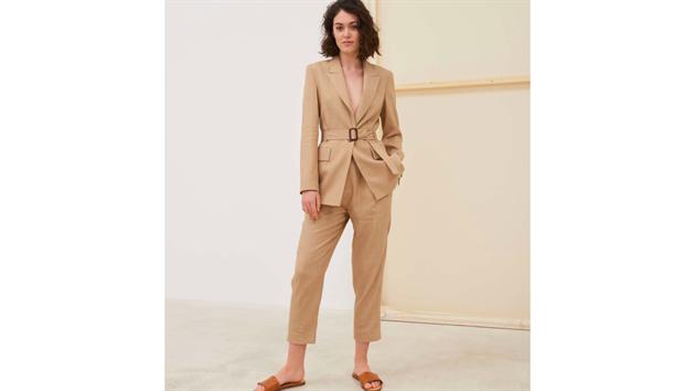 Kalhotové kostımky jsou jedním slovem skvostné. Vybírejte ale jen ty dobře padnoucí, minimalistickıch střihů a kvalitních materiálů.