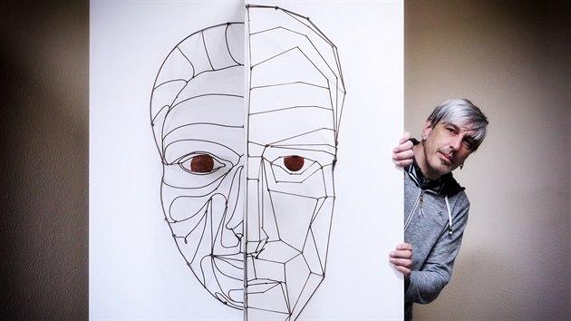 Karlovarskı sochař Tomáš Dolejš se svım dílem Kráska a on.
