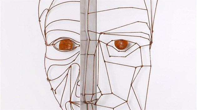 Kráska a on - jedno z děl karlovarského sochaře Tomáše Dolejše.