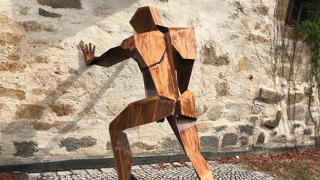 Vzdor - jedno z děl karlovarského sochaře Tomáše Dolejše.
