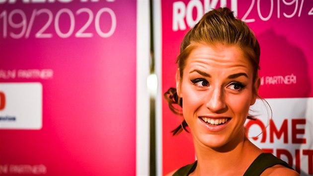 Kateřina Elhotová hovoří s novináři před vyhlášením basketbalistky roku.