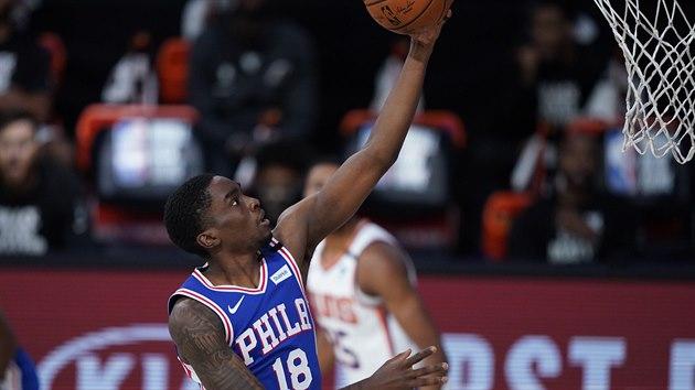 Shake Milton (18) z Philadelphie útočí na koš Phoenixu.