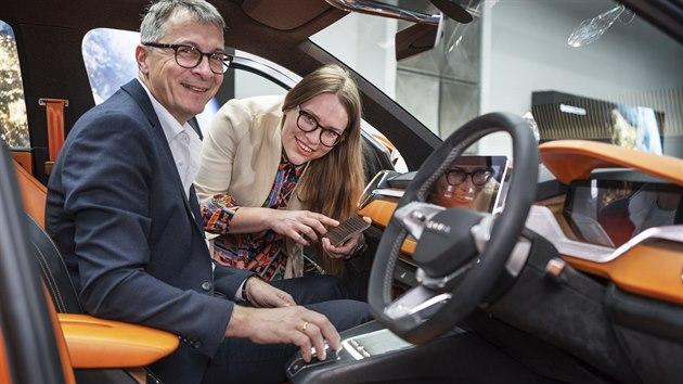 Designérka Caroline Liehrová a vedoucí designu interiéru automobilky Škoda Norbert Weber