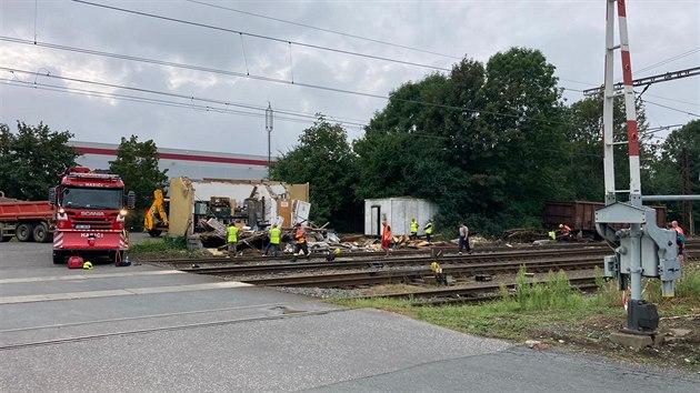 Ve Mstěticích pokračuje likvidace železniční nehody a demolice drážního domku