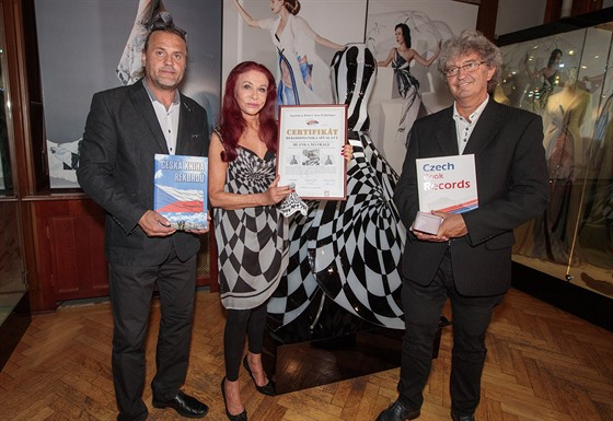 Blanka Matragi přebírá Certifikát potvrzující vstup jejích skleněnıch šatů mezi...