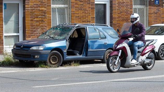 Liberecké ulice hyzdí vraky aut.