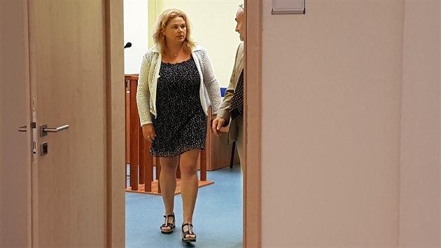 Místopředsedkyně ústeckého krajského soudu Markéta Lehká před mosteckım okresním soudem. (25. srpna 2020)