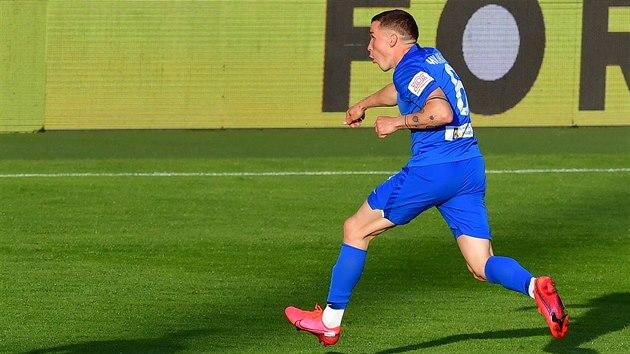 Tomáš Malínskı v modrém libereckém dresu se raduje z gólu.