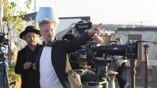 Záběr z natáčení speciálního večerníčku, Andersenovy pohádky Pastıřka a kominíček na střeše pražské Lucerny. Na snímku režiséři Viktor Tauš a Rosťa Novák (25. srpna 2020)