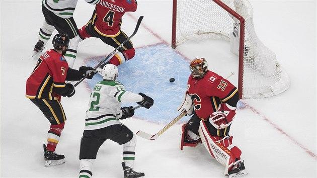 Gólman Calgary David Rittich inkasuje v utkání s Dallasem.
