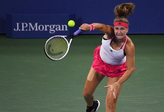Karolína Muchová podává v osmifinále US Open.