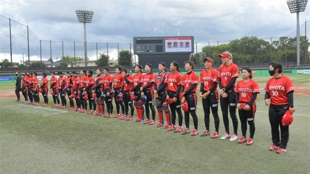Nadhazovačka Veronika Pecková (třetí zprava) si jako první česká softbalistka v historii vyzkoušela nejprestižnější ligu světa v Japonsku, působí v tımu Toyota Red Terries.