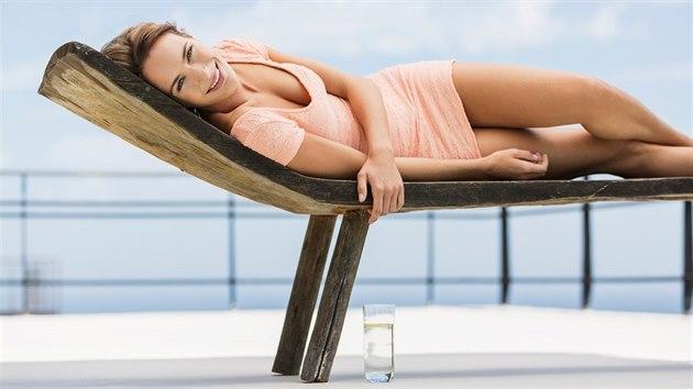 Slunce je příjemnım životabudičem, nicméně vlivem paprsků kůže ztrácí vláhu, rychleji stárne a tvoří se pigmentové skvrny.
