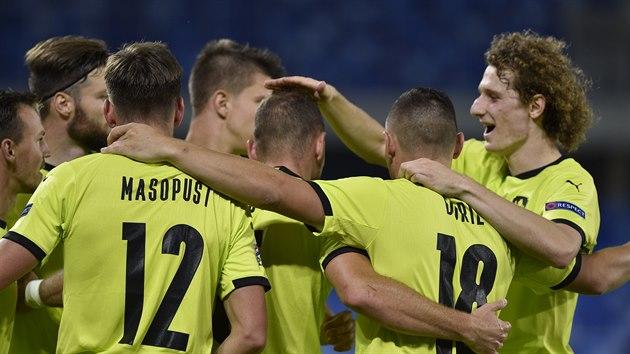Čeští fotbalisté se radují z gólu, kterı Slovákům vstřelil Vladimír Coufal.